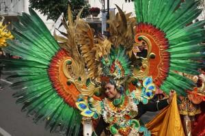 Peserta Karnaval Asia Afrika dari Jember, Jawa Timur memperlihatkan kostum dalam acara puncak peringatan Konferensi Asia Afrika (KAA) ke-63. Medcom.id/Roni Kurniawan