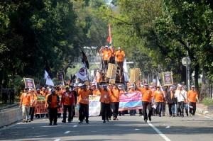 Gabungan serikat pekerja melakukan long march untuk menyampaikan tuntutannya di depan Istana Merdeka, Medan Merdeka, Jakarta.