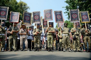 Berbagai tuntutan tampak pada spanduk-spanduk serta poster yang mereka bawa saat long march.