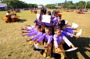 Pelajar menampilkan tarian kreasinya di Taman Blambangan, Banyuwangi, Jawa Timur. ANTARA/Budi Candra Setya
