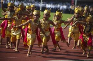 Sejumlah siswa mementaskan tarian kidang saat Peringatan Hari Pendidikan Nasional (Hardiknas) 2018 di Solo, Jawa Tengah. Tarian Kidang persembahan Dinas Kebudayaan (Disbud) Surakarta tersebut dipentaskan untuk mengajak masyarakat terlibat dalam membangun karakter bangsa yang berkepribadian kebudayaan. ANTARA/Maulana Surya