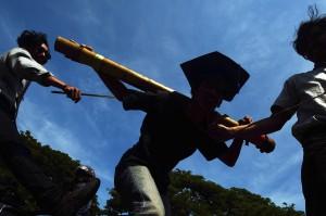Mahasiswa yang tergabung dalam BEM Fakultas Keguruan dan Ilmu Pendidikan (FKIP) Unismuh Makassar melakukan aksi teatrikal saat memperingati Hari Pendidikan Nasional di depan kampus Universitas Muhammadiyah (Unismuh) Makassar, Sulawesi Selatan. ANTARA/Yusran Uccang