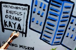 Mahasiswa membuat mural terkait pendidikan dalam rangka memperingati Hari Pendidikan Nasional (Hardiknas) di depan kampus Universitas Muhammadiyah (Unismuh) Makassar, Sulawesi Selatan. Aksi pembuatan mural tersebut sebagai bentuk kritik terhadap sistem pendidikan di Indonesia. ANTARA/Yusran Uccang