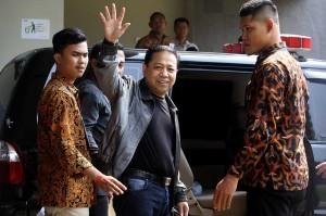 Novanto kemudian bergegas sebelum memasuki mobil tahanan yang akan membawanya ke Lapas Sukamiskin Bandung. ANTARA/Adam Bariq