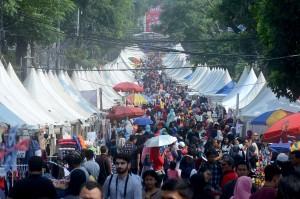 Suasana kemeriahan Festival Palang Pintu di kawasan Kemang, Jakarta.