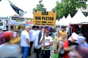 Festival Palang Pintu tersebut semakin diminati pengunjung dengan menawarkan beragam panganan dan budaya Betawi.