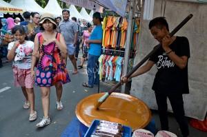 Pedagang mengaduk adonan Dodol pada Festival Palang Pintu di kawasan Kemang, Jakarta.
