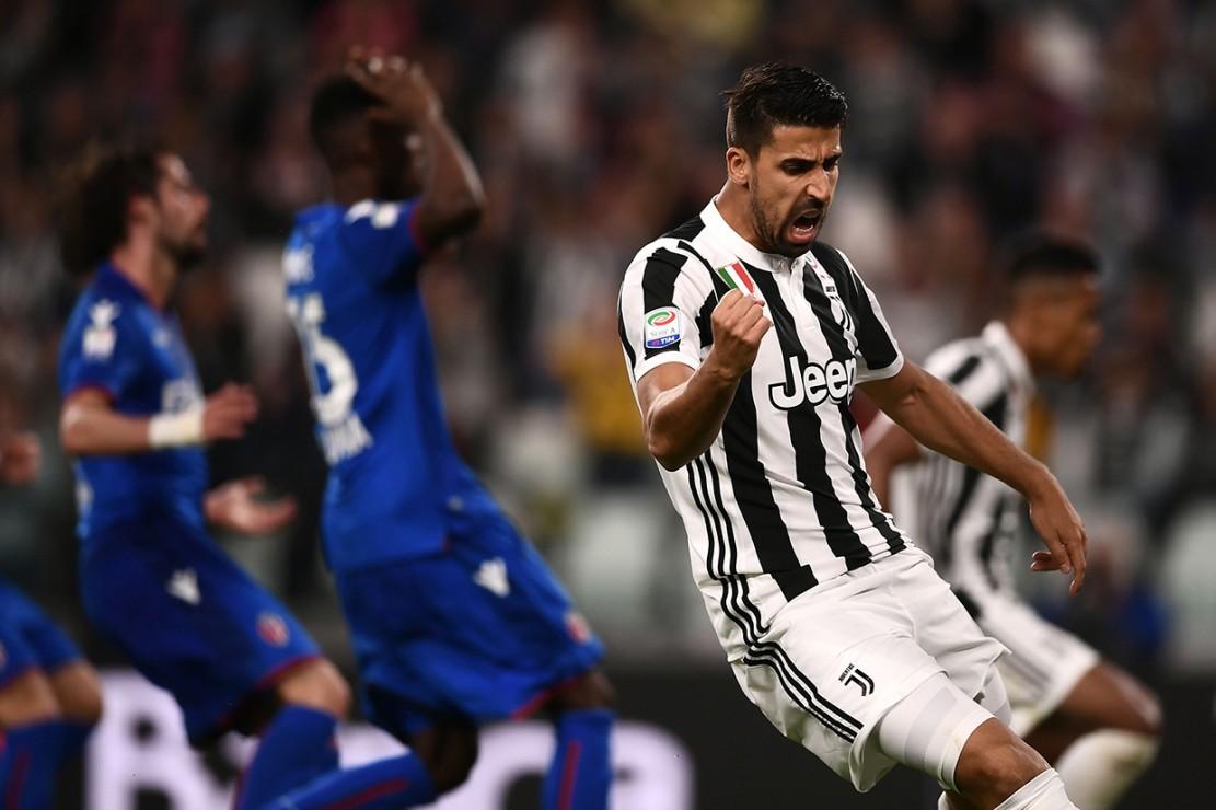 Terus menekan, Juventus berhasil membalikkan keadaan di menit ke-63. Umpan Costa disontek Sami Khedira dengan mudah di tiang jauh.