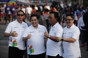 Direktur Hubungan Kelembagaan BRI Sis Apik Wijayanto (kedua kanan) bersama Ketua Inasgoc Erick Thohir (kedua kiri) ketika acara BRI Sunday Fest; Road to Asian Games 2018 di Gedung Sentra BRI, Jakarta.
