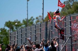 Marquez menaiki pagar penonton untuk menyapa penggemarnya setelah memenangi Moto-GP Spanyol.