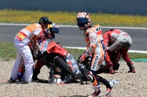 Pedrosa berjalan meninggalkan lintasan usai terlibat tabrakan dengan Dovizioso dan Lorenzo, yang membuat ketiganya tidak bisa melanjutkan balapan.