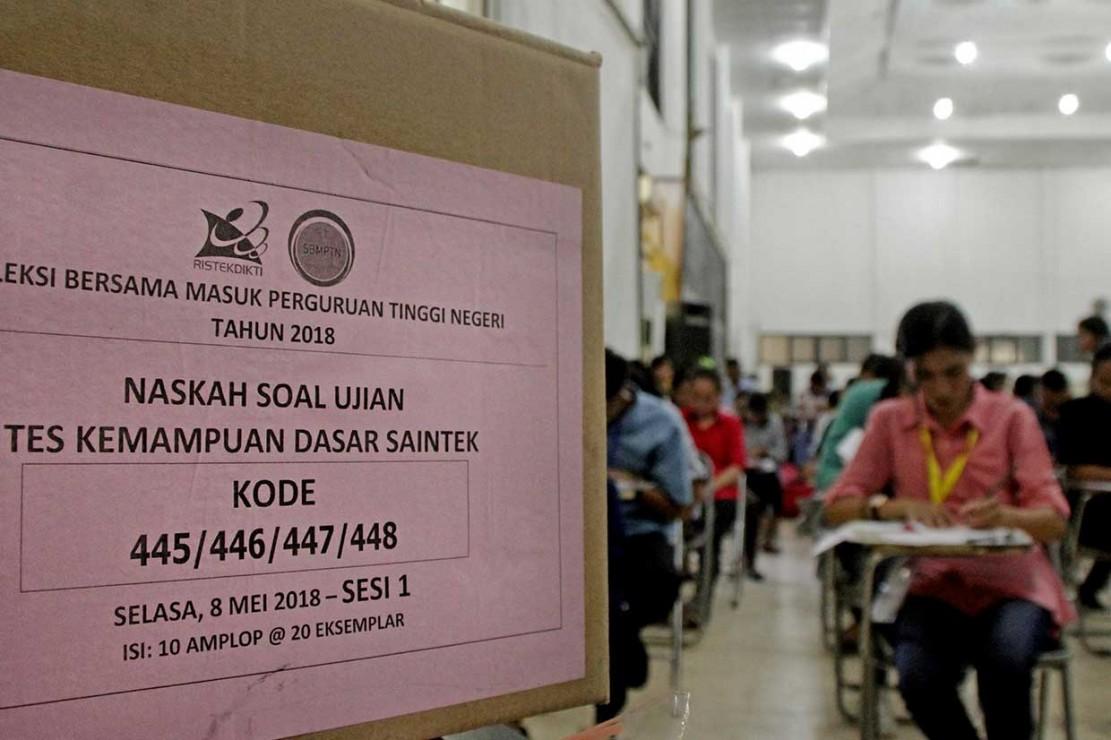 Calon mahasiswa mengikuti ujian masuk perguruan tinggi melalui jalur Seleksi Bersama Masuk Perguruan Tinggi Negeri (SBMPTN) di Aula Universitas Nusa Cendana (Undana) Kupang, NTT, Selasa, 8 Mei 2018. ANTARA/Kornelis Kaha
