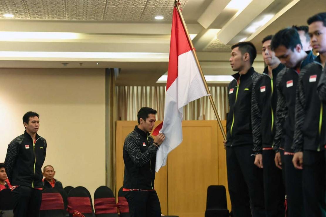 Atlet Tim Piala Thomas bergiliran mencium bendera Merah Putih saat pelepasan Tim Thomas dan Uber 2018 di Jakarta, Selasa, 8 Mei 2018.