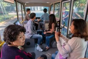 Interiornya sederhana saja. Tidak ada pengemudi sama sekali sebab minibus bermesin listrik ini mengusung teknologi autonomous.