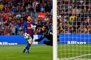 Kapten Barca yang akan segera hengkang Andres Iniesta mengirim umpan lambung tertuju kepada Lionel Messi yang kemudian lewat sepakan voli menaklukkan penjaga gawang Sergio Asenjo untuk menjadi gol ketiga pada akhir babak pertama.