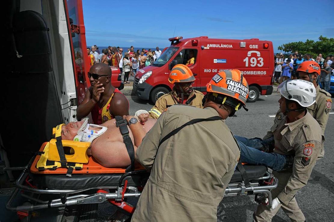 Petugas mengevakuasi korban luka-luka jatuhnya helikopter untuk dibawa ke rumah sakit di Barra de Tijuca, Rio de Janeiro, Brasil pada Rabu, 9 Mei 2018.