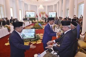 Menurut Jokowi, pemindahan ini juga mengganggu proses perdamaian dan bahkan mengancam perdamaian itu sendiri.