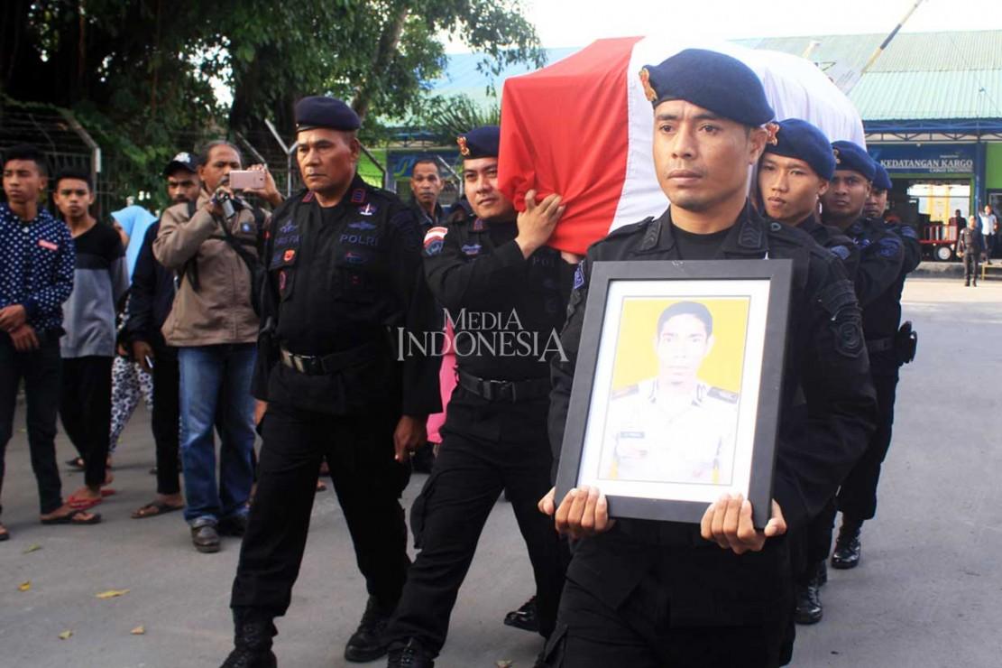 Jenazah Anggota Brimob Korban Penusukan Tiba di Kupang