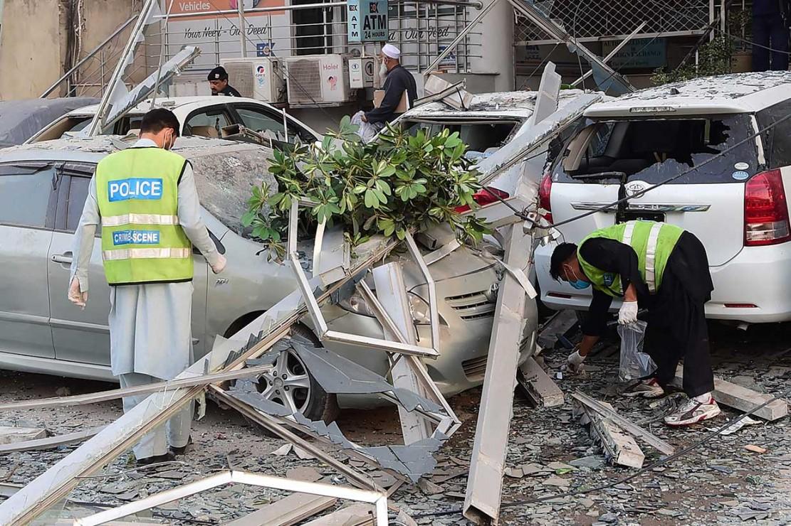Kepala polisi Kota Peshawar Qazi Jamilur Rehman mengatakan kebakaran terjadi setelah ledakan. Ledakan terjadi di lantai empat hotel tersebut.