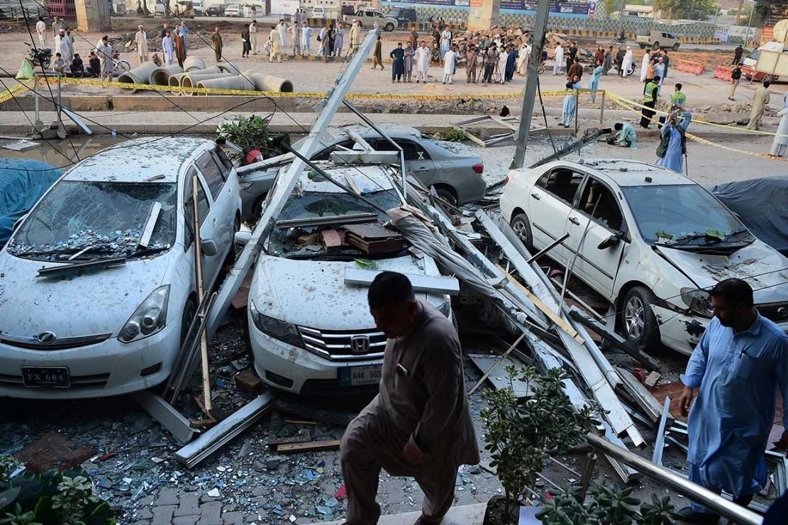 Beberapa mobil yang terparkir di halapan hotel juga mengalami kerusakan.