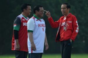 Presiden yang didampingi Menteri Pemuda dan Olahraga Imam Nahrawi dan Sekretaris Kabinet Pramono Anung bersiap bermain basket bersama  para atlet pelajar yang menjadi peserta 'Dream Basketball League' (DBL) di Istana Bogor, Jawa Barat, Sabtu, 12 Mei 2018.