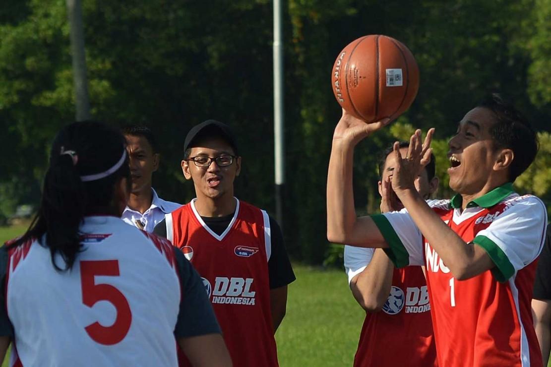 Jokowi Main Basket Bareng Atlet Muda