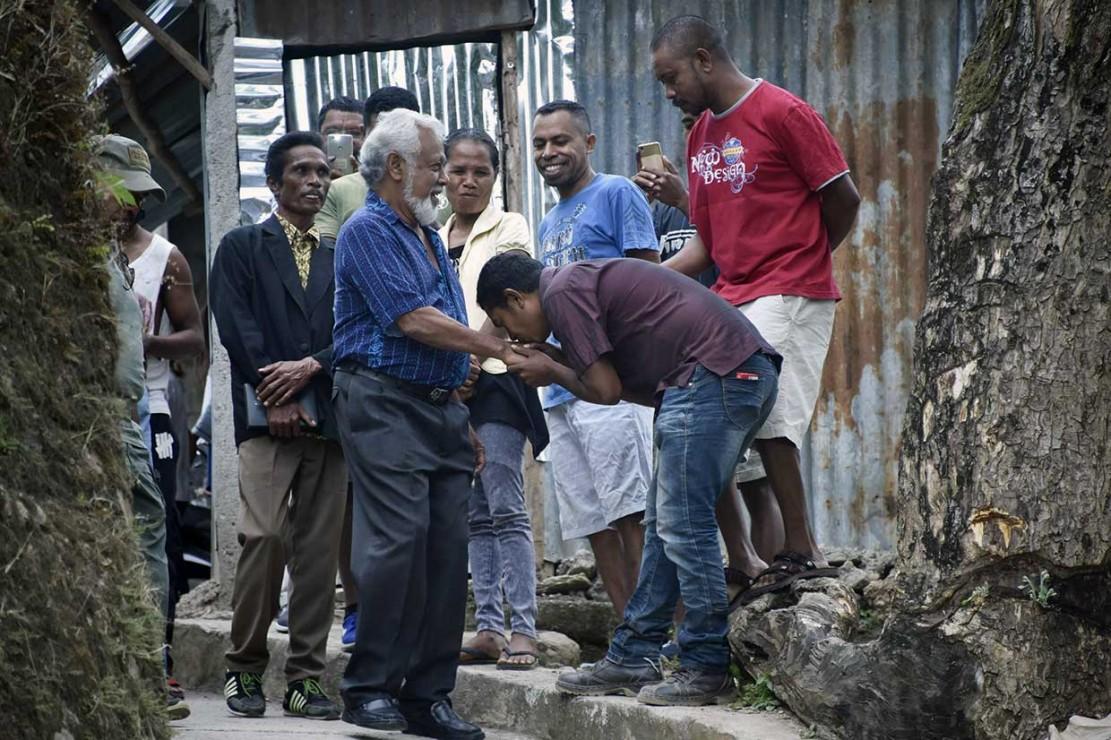 Mantan Presiden Timor Leste Xanana Gusmao disambut para pendukungnya saat akan memberikan hak suara, di Dili, Sabtu, 12 Mei 2018.