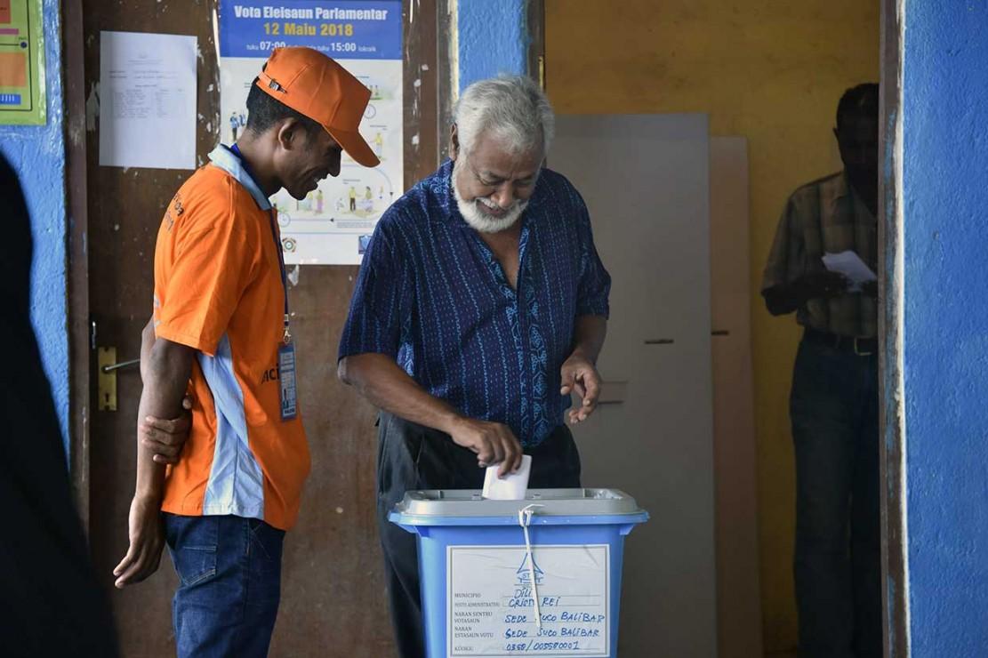 Xanana Gusmao memberikan hak suaranya.