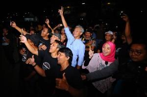 Ditemani sang istri, Siti Atiqoh, Ganjar terlihat ikut berjingkrak bersama ribuan penonton konser yang memadati Stadion Pandanarang.