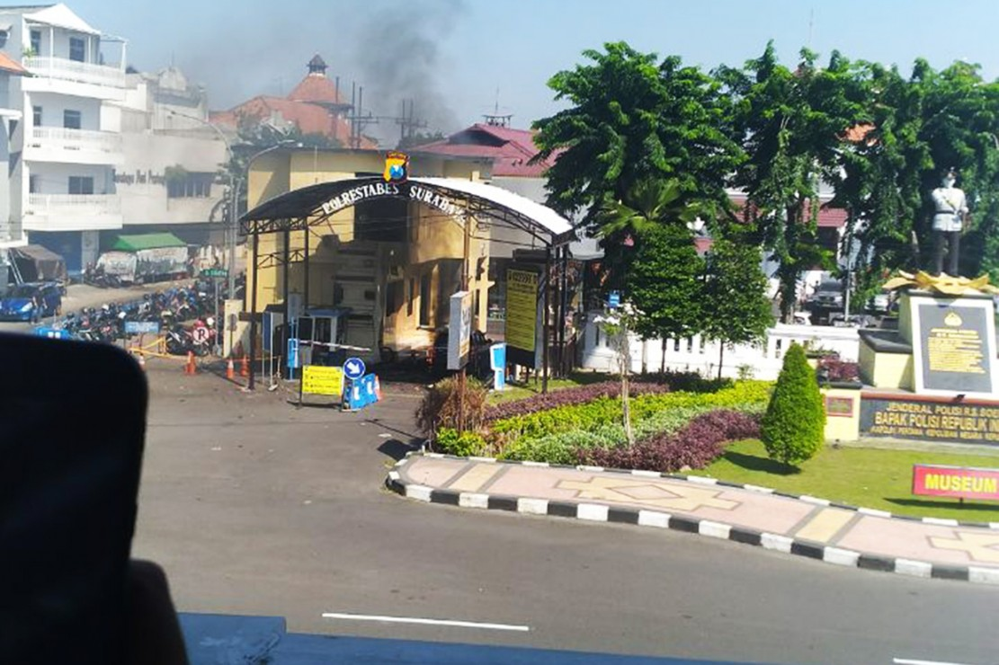 Ledakan bom kembali terjadi di Mapolrestabes Surabaya. Lokasinya berada gerbang pintu masuk Polrestabes.