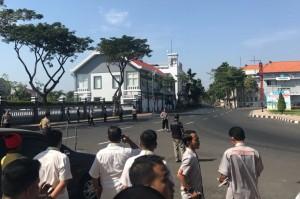 Kepala Bidang Humas Polda Jawa Timur Komisaris Besar Frans Barung Mangera membenarkan adanya ledakan tersebut.