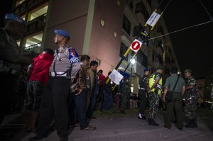 Sebelumnya, pada Minggu (13/5) malam terjadi ledakan di salah satu unit Rusunawa Wonocolo Blok B lantai 5. AFP/JUNI KRISWANTO