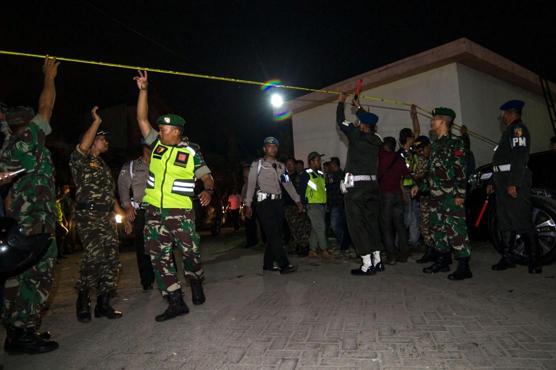 Kepala Kepolisian Daerah Jawa Timur Irjen Machfud Arifin menduga kasus ledakan di Rusunawa Wonocolo, Sidoarjo, masih berhubungan dengan ledakan bom di tiga gereja di Surabaya. AFP/JUNI KRISWANTO