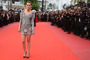 Aktris Kristen Stewart hadir pada premier film 'BlacKkKlansman' pada edisi ke-71 Festival Film Cannes di Cannes, Prancis, Senin, 14 Mei 2018 waktu setempat. Kristen Stewart mengenakan minidres chanel dengan high heels hitam.