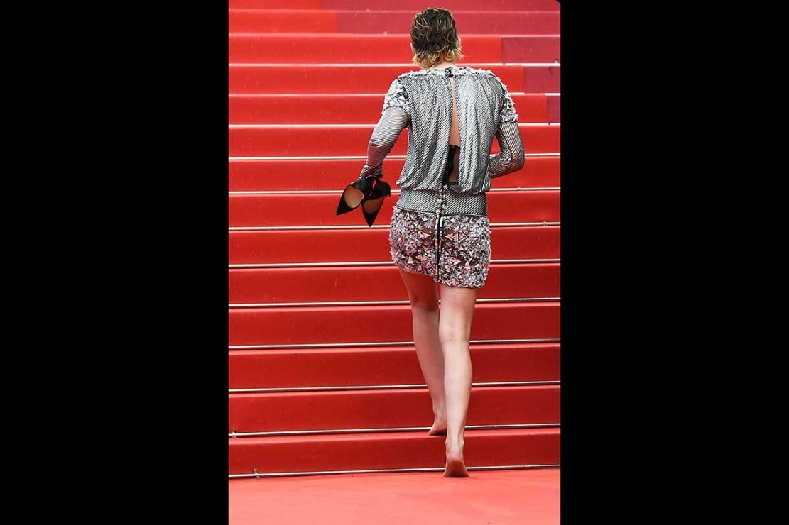 Kristen Stewart menaiki tangga karpet merah dengan kaki telanjang.
