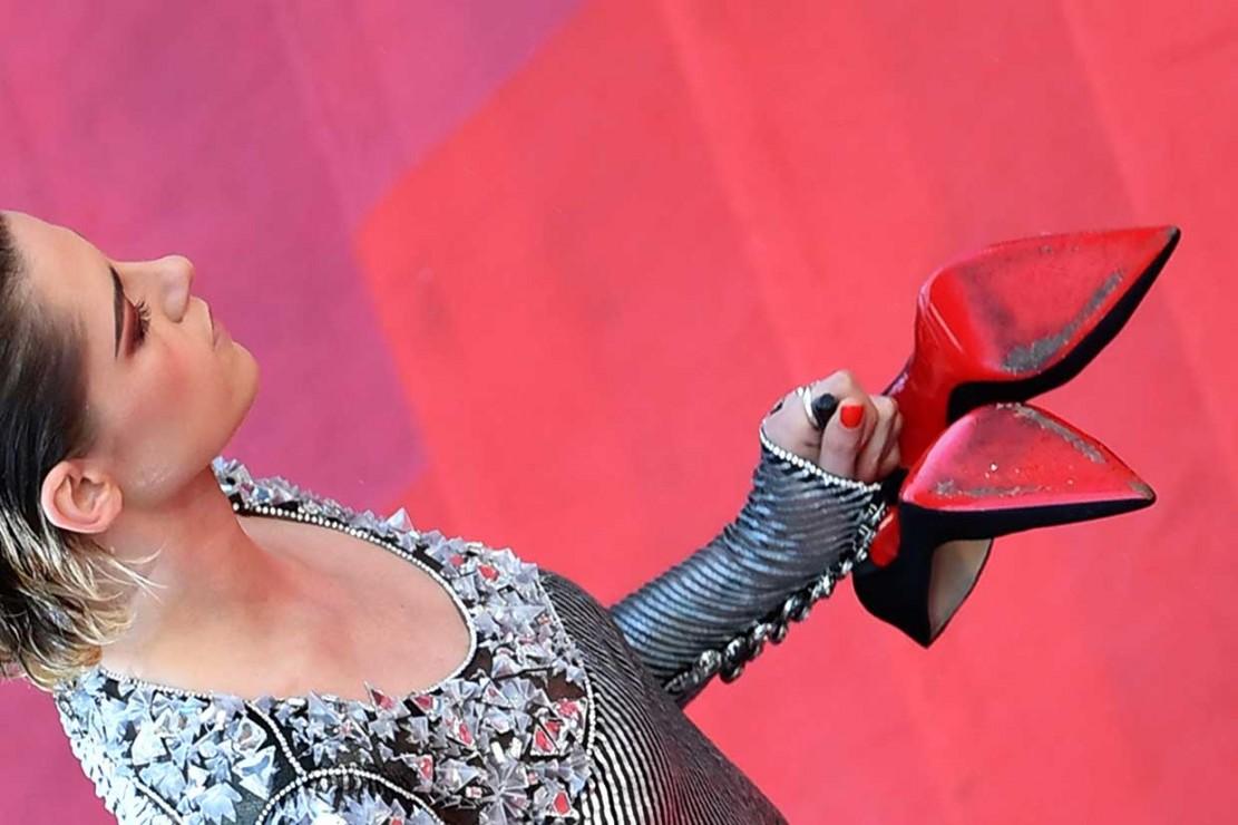 Aksi Kristen Stewart Copot Sepatu di Red Carpet Cannes