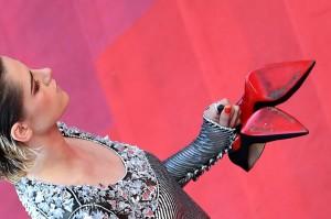 Aksinya tersebut sebagai bentuk protes atas kebijakan panitia Cannes yang melarang tamu mengenakan sepatu flat. Namun hal itu dibantah oleh panitia.