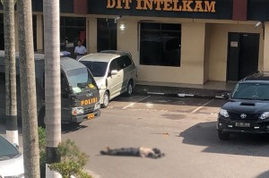 Pelaku terduga teroris dilumpuhkan saat menerobos penjagaan pintu gerbang Mapolda Riau. Pelaku menggunakan mobil Toyota Avanza berwarna putih. Foto: Istimewa
