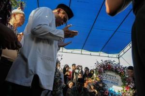 Wakapolri Komjen Syafruddin berdoa di pusara almarhum Iptu Anumerta Auzar yang menjadi korban penyerangan di Mapolda Riau. ANTARA/Rony Muharman