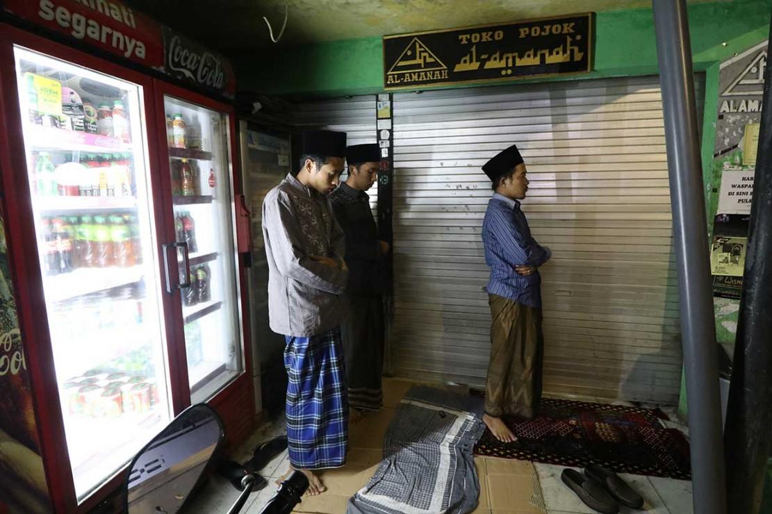 Umat Muslim Laksanakan Salat Tarawih Pertama