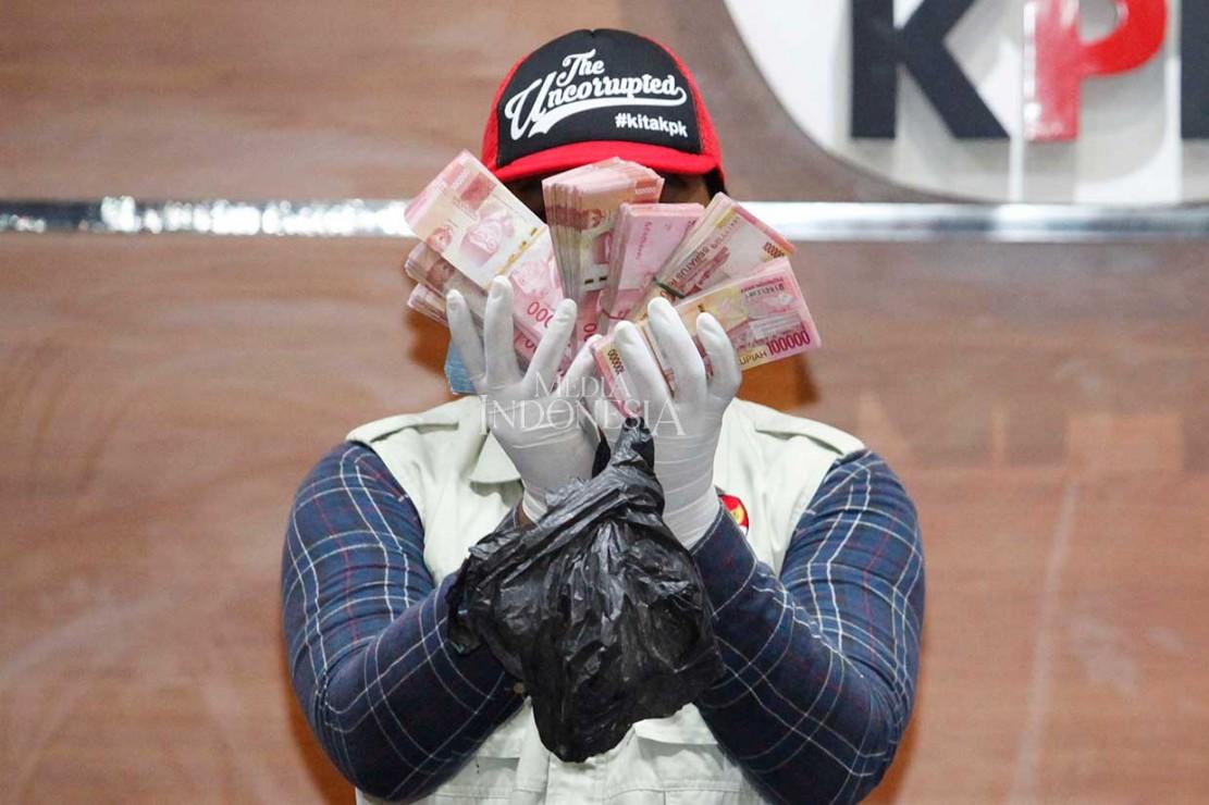Petugas menunjukkan barang bukti operasi tangkap tangan (OTT) Komisi Pemberantasan Korupsi (KPK) di Bengkulu Selatan.