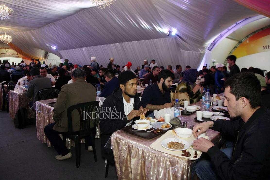 Umat Muslim Rusia Buka Puasa Hari Pertama