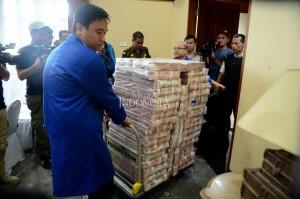 Karyawan Bank Mandiri dan Polisi menyiapkan uang ganti rugi korupsi Bantuan Likuidasi Bank Indonesia (BLBI) dengan terpidana Samadikun Hartono di Gedung Bank Mandiri, Jakarta, Kamis, 17 Mei 2018.