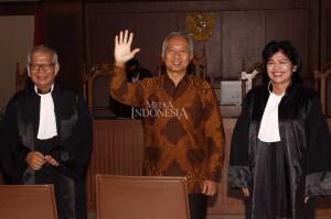 Terdakwa kasus suap perizinan dan proyek di Direktorat Perhubungan Laut Kemenhub Antonius Tonny Budiono (tengah) tersenyum sambil melambaikan tangan seusai menjalani sidang putusan di Pengadilan Tipikor, Jakarta.