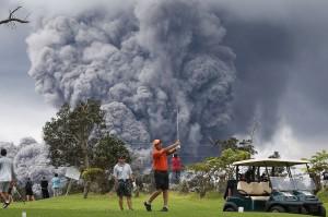 Warga lainnya, asyik bermain golf berlatar letusan gunung.