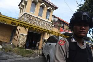 Polisi berjaga saat berlangsung penggeledahan di rumah terduga teroris Ilham Fauzan alias Wicang di kawasan Dukuh Pakis, Surabaya, Jawa Timur.