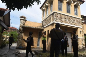 Penggeledahan yang dilakukan secara tertutup ini, dalam rangka penyelidikan lanjutan pascapenangkapan terduga teroris di rumah tersebut.