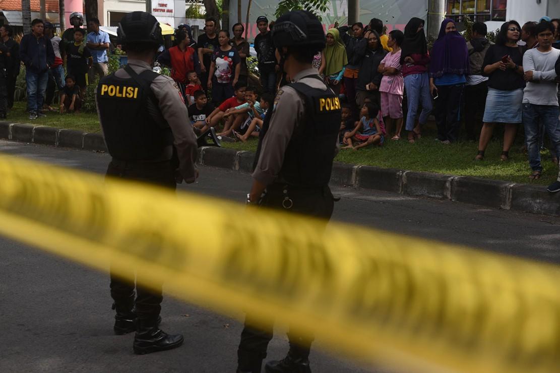 Densus 88 Geledah Rumah Terduga Teroris di Dukuh Pakis Surabaya