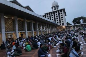 Ribuan umat Islam menunggu waktu bersama di Masjid Islam Istiqal, Kamis, 17 Mei 2018.