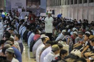 Sekitar 60 orang pekerja masjid seperti cleaning service, pekerja lepas, dan petugas keamanan turun tangan membantu memasak di dapur.